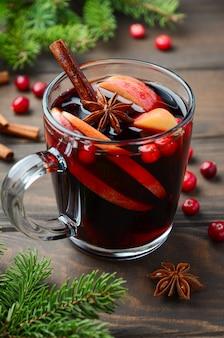 Vinho quente de natal com maçã e cranberries