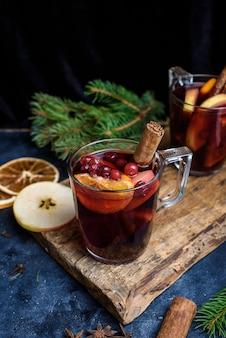 Vinho quente de natal. conceito de férias decorado com ramos de abeto