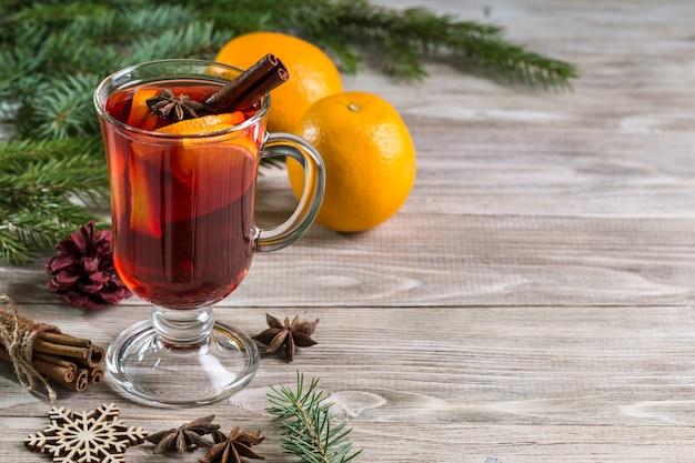 Vinho quente de natal e tangerinas com paus de canela