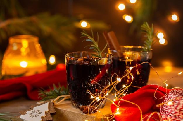Vinho quente de natal em mesa rústica de madeira