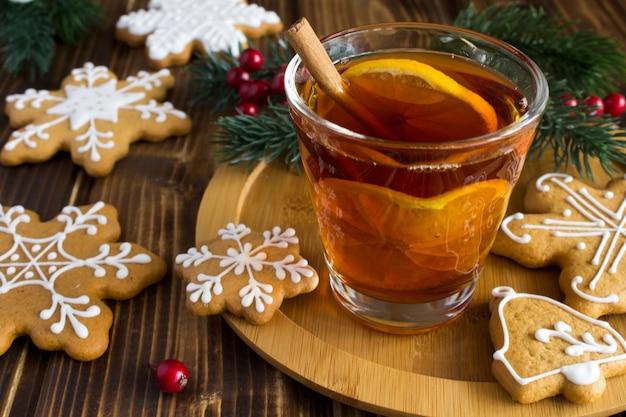 Vinho quente e biscoitos de natal na tábua de madeira