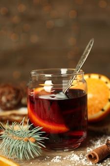 Vinho quente em banco de vidro em mesa de madeira decorada