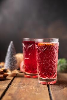 Vinho quente natal comemorar ano novo especiarias suco anis estrelado canela aconchegante fresco quente aquecimento