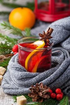 Vinho quente quente com laranja, anis e canela