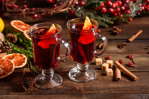 Vinho quente quente de natal com canela