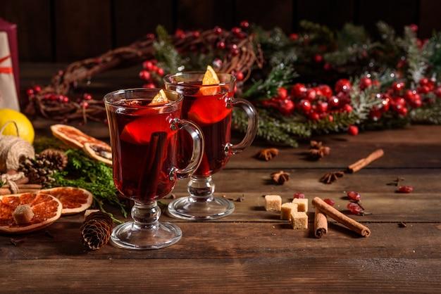 Vinho quente quente de natal com cardamomo de canela