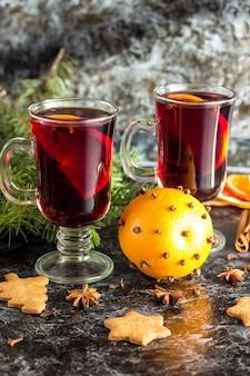 Vinho quente quente de natal com especiarias