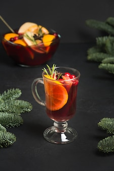 Vinho quente quente de natal na mesa preta