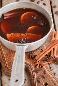 Vinho quente tradicional com especiarias. bebida de natal.