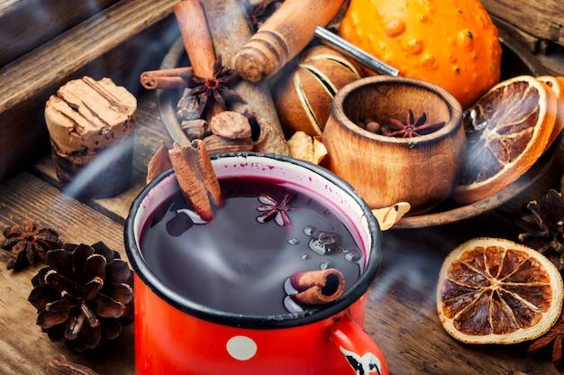 Vinho quente tradicional na caneca