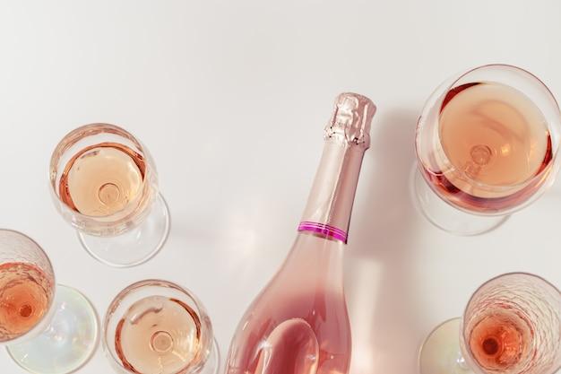 Vinho rosado espumante bebida alcoólica leve para festa plano deitado na mesa de luz