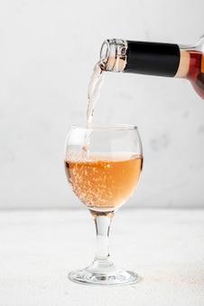 Vinho rosé derramado em copo para degustação