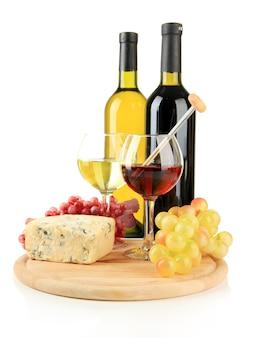 Vinho, saboroso queijo azul e uva, isolado no branco