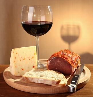 Vinho tinto com queijo italiano e capocollo
