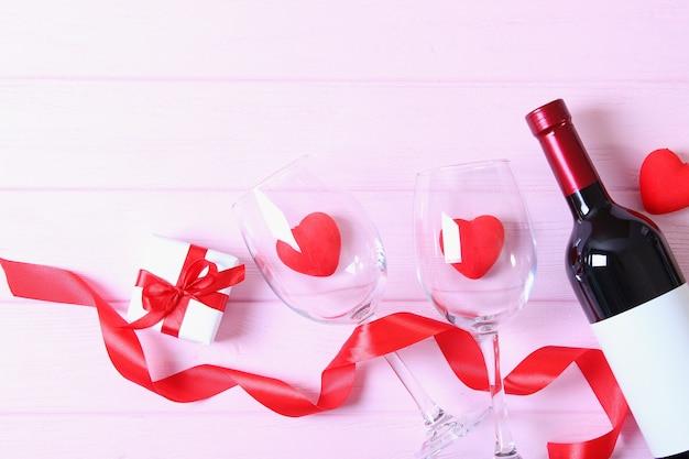 Vinho tinto e rosas na mesa, plano de fundo dia dos namorados