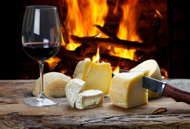 Vinho tinto e tábua de queijos no restaurante