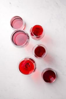 Vinho tinto em copos diferentes