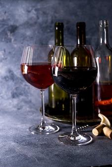 Vinho tinto. garrafa e copo de vinho tinto. v