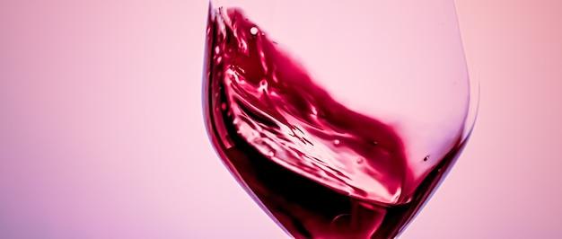 Vinho tinto premium em bebida alcoólica de cristal e aperitivo de luxo, enologia e produto de viticultura