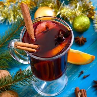 Vinho tinto quente de natal com especiarias