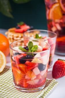 Vinho tinto sangria fresca ou ponche com frutas, folhas de hortelã e frutas.