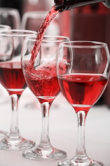 Vinho tinto servindo em copos, close