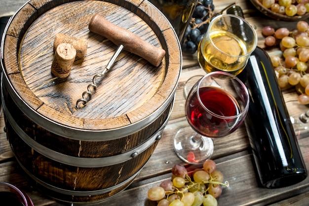 Vinho. vinho branco e tinto em taças. em uma madeira.