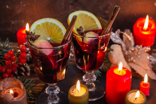 Vinhos cítricos de vinho quente com especiarias e frutas cítricas na atmosfera do natal e do ano novo