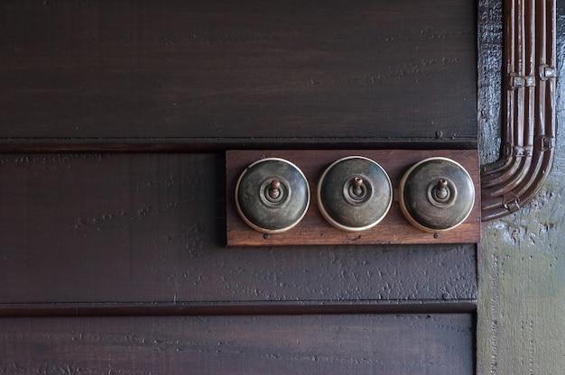 Vintage colocar interruptor de luz na parede interior de madeira