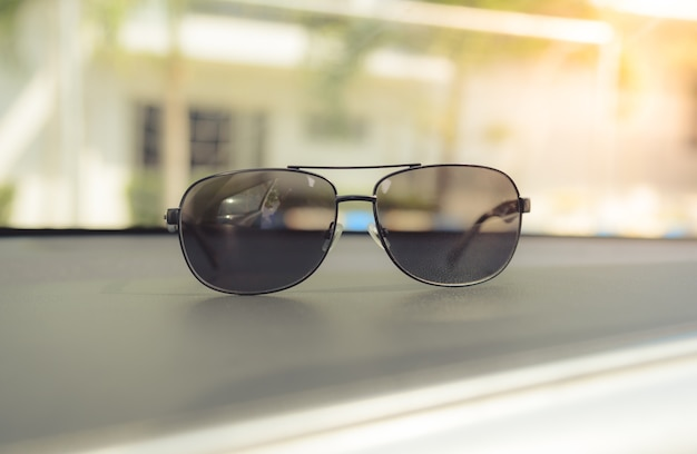 Vintage conceito de óculos de sol no carro do console