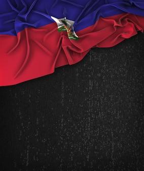 Vintage da bandeira de haiti em uma tabela preta do grunge com espaço para o texto