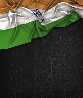 Vintage da bandeira de india em um quadro preto do grunge com espaço para o texto