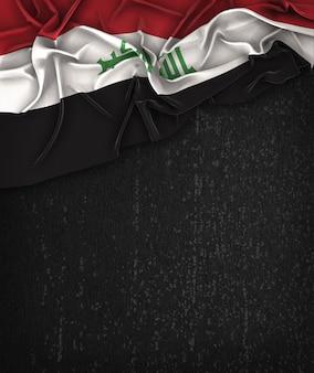 Vintage da bandeira de iraque em um quadro preto do grunge com espaço para o texto