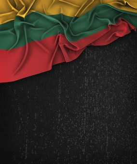Vintage da bandeira de lithuania em um quadro preto do grunge com espaço para o texto