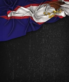 Vintage da bandeira de samoa americanas em uma quadro preto do grunge com espaço para o texto