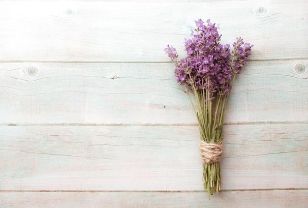 Vintage da composição da alfazema na madeira branca. fronteira de flores frescas no verão.