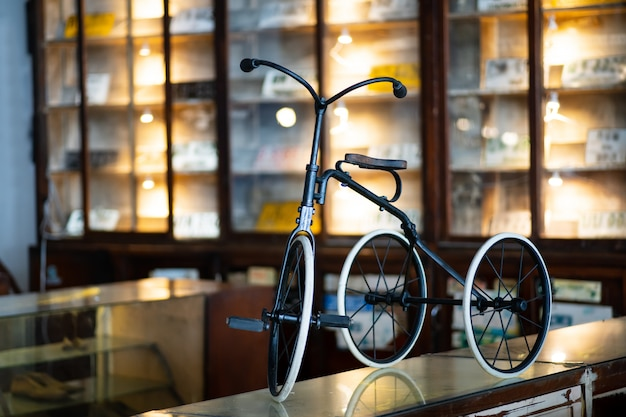 Vintage de estilo retrô de bicicleta pequena criança enferrujada velha