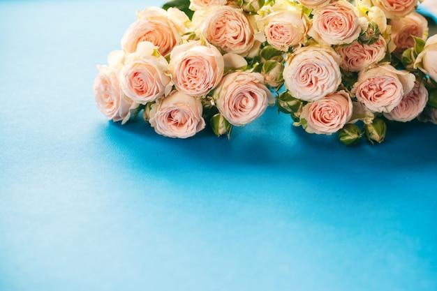 Vintage de rosas rosa em azul