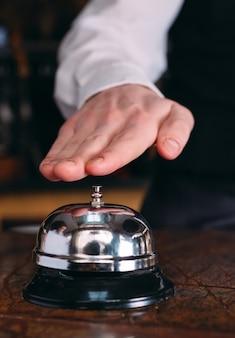 Vintage de sino de restaurante com mão