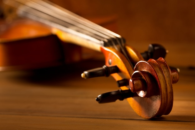 Vintage de violino de música clássica em fundo de madeira