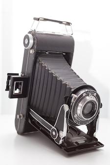 Vintage e câmera retro no estúdio