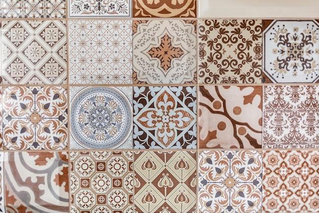 Vintage elegante do teste padrão do azulejo e flores de toscânia.