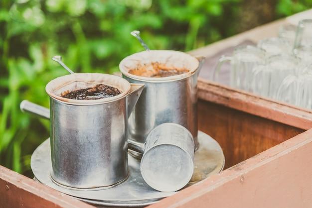 Vintage fazendo café com estilo tailandês - efeito de filtro vintage