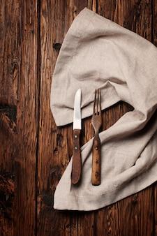 Vintage garfo e faca na mesa de madeira