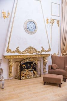 Vintage grande sofá perto da lareira e cadeira marrom em um quarto elegante