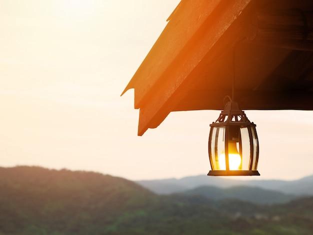 Vintage lâmpada pendurada no telhado sobre a montanha