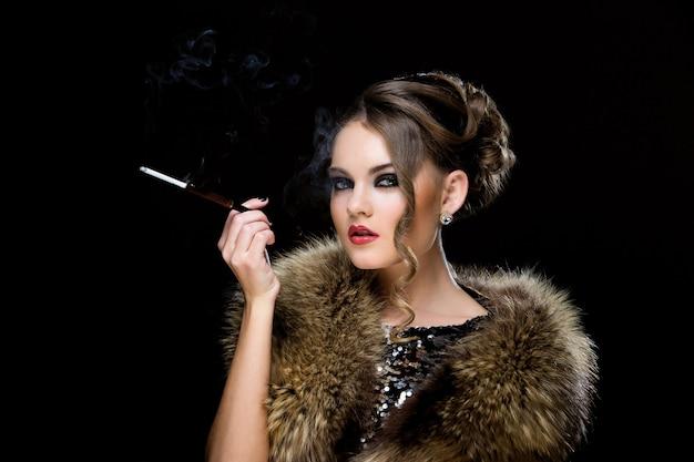 Vintage. menina bonita com cigarro