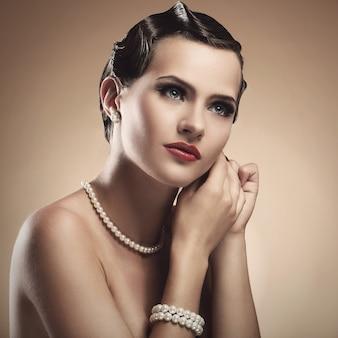 Vintage. mulher bonita durante a preparação