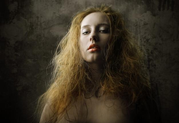 Vintage, retrato escuro de uma mulher
