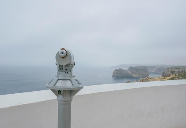 Vintage velho binocular no convés com uma vista cloundy com mar